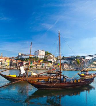 A cidade do Porto em Portugal às margens do Rio Douro. Conheça esta encantadora cidade em nosso roteiro de viagem com destino a Portugal.
